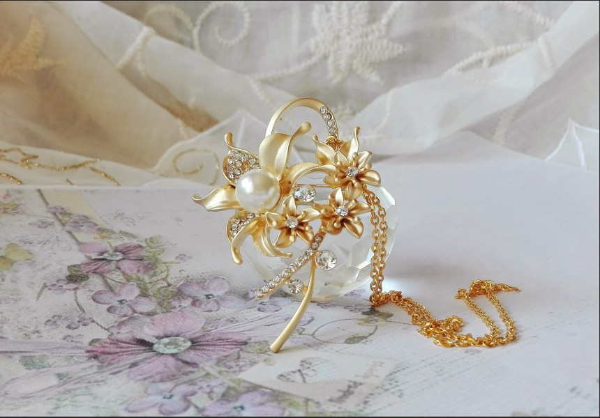 Vintage Style White Pearl Necklace - Brooch