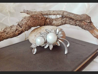 Vintage Style White Pearl Brooch