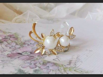 Vintage Style White Pearl and Crystals Brooch