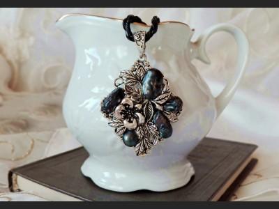 Dark Blue Pearl Vintage Style Necklace