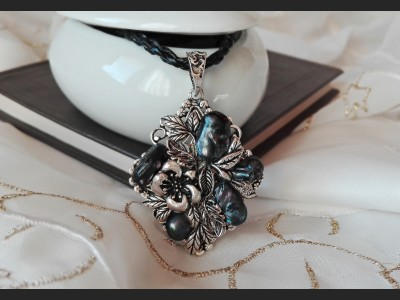 Dark Blue Pearl Vintage Style Necklace