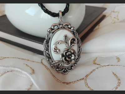 Vintage Style Shell Cameo Necklace