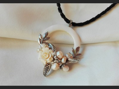 Victorian Mother of Pearl Flower Necklace