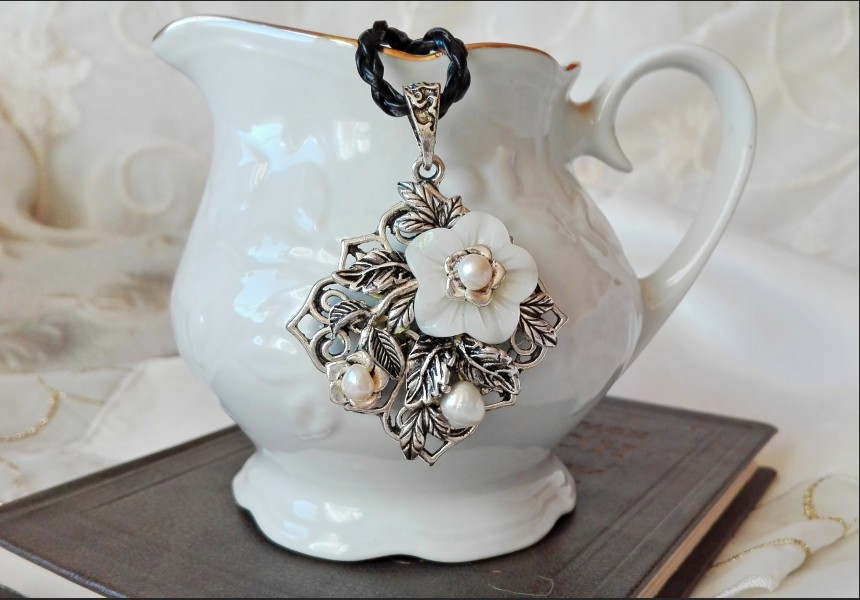 Vintage Style Shell Flower Necklace