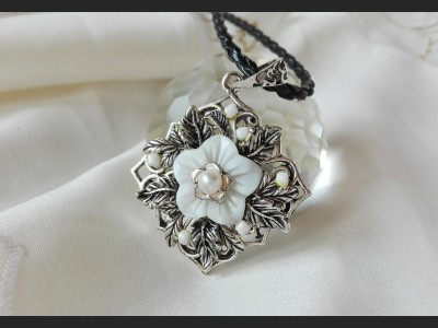 Vintage Shell Flower Necklace
