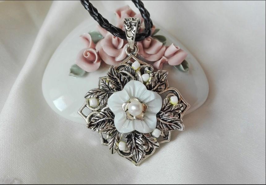Vintage Shell Flower Necklace