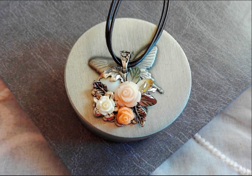 Shell Peach Rose Necklace