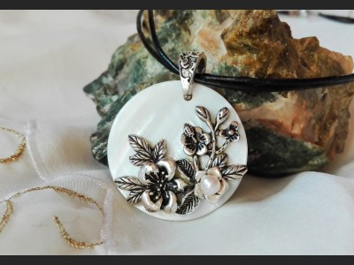 White Shell Flower Vintage Necklace