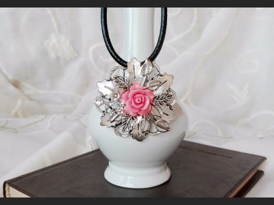 Victorian Style Romantic Rose Necklace